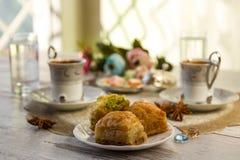 2 чашки турецкого кофе и бахлавы Стоковые Изображения RF