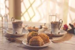 2 чашки турецкого кофе и бахлавы Стоковое фото RF