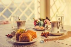 2 чашки турецкого кофе и бахлавы Стоковая Фотография
