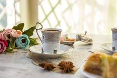 Чашки турецкого кофе и плиты с бахлавой Стоковое Изображение RF