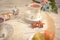 2 чашки турецкого кофе и плиты с бахлавой Стоковые Фотографии RF
