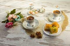 Чашки турецкого кофе и плиты с бахлавой Стоковое Изображение