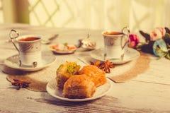 2 чашки турецкого кофе и плиты с бахлавой Стоковая Фотография