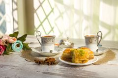 2 чашки турецкого кофе и плиты с бахлавой Стоковое Фото