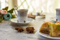 Чашки турецкого кофе и плиты с бахлавой Стоковые Изображения RF