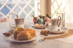2 чашки турецкого кофе и плиты с бахлавой Стоковое фото RF
