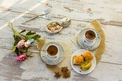 2 чашки турецкого кофе и плиты с взгляд сверху бахлавы Стоковые Изображения