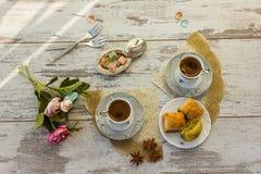 2 чашки турецкого кофе и плиты с взгляд сверху бахлавы Стоковые Изображения RF