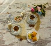 2 чашки турецкого кофе и плиты с взгляд сверху бахлавы Стоковая Фотография