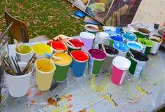 Чашки художников различных цветов картины Стоковые Фото