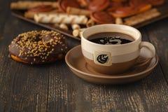 Чашки чаю и donuts шоколада на черной предпосылке Стоковая Фотография RF