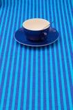 Чашки чаю расположения симметрии пустые на голубом striped tableclo Стоковая Фотография RF