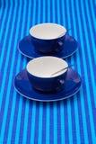 Чашки чаю расположения симметрии пустые на голубом striped tableclo Стоковые Изображения RF