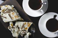 2 чашки чаю с тортом над взглядом Стоковые Фотографии RF
