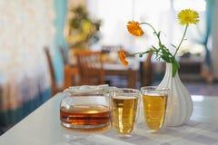 2 чашки чая ноготк calendula на таблице, с свежими цветками indoors стоковое изображение