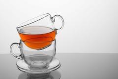 2 чашки чая с чаем на белой предпосылке стоковое изображение rf