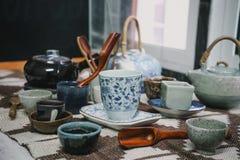 Чашки чая с чайником на старом деревянном столе Стоковое Изображение RF