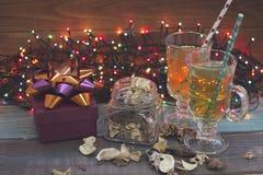 Чашки чая, fairy света, стеклянный опарник и подарочная коробка Стоковые Фото