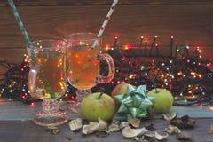 Чашки чая, fairy света, яблоки, смычок рождества Стоковое Изображение RF