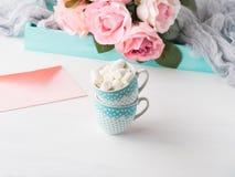 2 чашки чешут конверт и розы дня ` s валентинки Стоковые Изображения RF