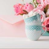 2 чашки чешут конверт и розы дня ` s валентинки Стоковая Фотография