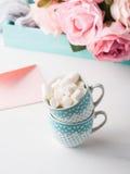 2 чашки чешут конверт и розы дня ` s валентинки Стоковые Изображения