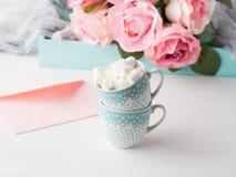 2 чашки чешут конверт и розы дня ` s валентинки Стоковые Фото