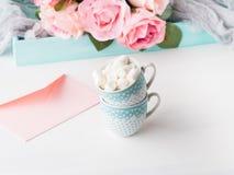 2 чашки чешут конверт и розы дня ` s валентинки Стоковая Фотография RF