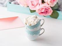 2 чашки чешут конверт и розы дня ` s валентинки Стоковое фото RF