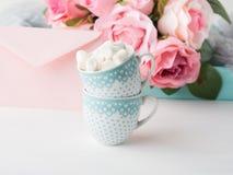 2 чашки чешут конверт и розы дня ` s валентинки Стоковое Изображение RF