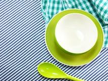 Чашки ярких пустых шаров керамические и пластичные ложки на ткани таблицы Стоковые Фото