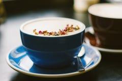 Чашки coffe с искусством latte стоковые фото