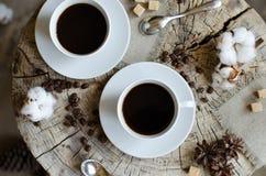 2 чашки topview пня кофе деревянного Стоковое Фото