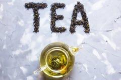 ` Чая ` положено вне от сухих листьев чая стоковые фото