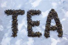 ` Чая ` положено из сухих листьев чая стоковая фотография rf