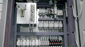 Чебоксар, республика Chuvash, 5-ое марта 2019 электрическая коробка содержит много терминалы, реле, провода и переключателей видеоматериал