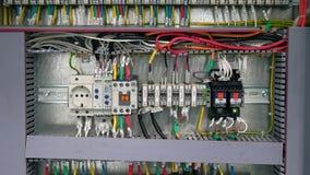 Чебоксар, республика Chuvash, 5-ое марта 2019 электрическая коробка содержит много терминалы, реле, провода и переключателей сток-видео