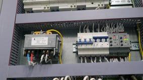 Чебоксар, республика Chuvash, 5-ое марта 2019 электрическая коробка содержит много стержни, реле, провода и переключателей акции видеоматериалы
