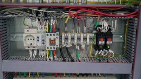 Чебоксар, республика Chuvash, 5-ое марта 2019 электрическая коробка содержит много стержни, реле, провода и переключателей видеоматериал