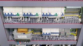 Чебоксар, республика Chuvash, 5-ое марта 2019 электрическая коробка содержит много стержни, реле, провода и переключателей сток-видео