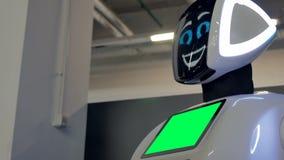 Чебоксар, Россия - 26-ое сентября 2017: Город роботов Робот с дисплеем показывает эмоции, говоря самомоднейше сток-видео