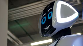 Чебоксар, Россия - 26-ое сентября 2017: Город роботов Робот с дисплеем показывает эмоции, говоря самомоднейше акции видеоматериалы