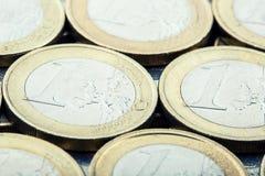чеканит евро накрените веревочка примечания дег фокуса 100 евро 5 евро евро валюты кредиток схематическое 55 10 Монетки штабелиро Стоковые Изображения RF