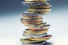 чеканит евро накрените веревочка примечания дег фокуса 100 евро 5 евро евро валюты кредиток схематическое 55 10 Монетки штабелиро Стоковое фото RF