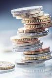 чеканит евро накрените веревочка примечания дег фокуса 100 евро 5 евро евро валюты кредиток схематическое 55 10 Монетки штабелиро Стоковая Фотография