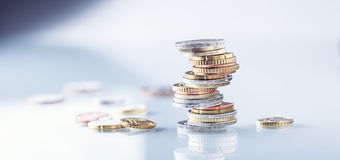 чеканит евро накрените веревочка примечания дег фокуса 100 евро 5 евро евро валюты кредиток схематическое 55 10 Монетки штабелиро Стоковое Изображение RF