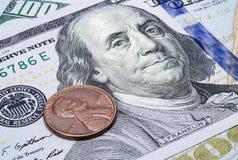 Чеканьте один цент на банкноте 100 долларов крупного плана Стоковые Изображения