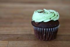 Чеканьте пирожное обломока шоколада на деревянной предпосылке стоковые изображения