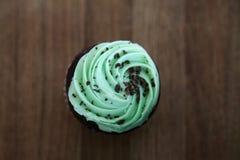 Чеканьте пирожное обломока шоколада на деревянной предпосылке Стоковая Фотография RF