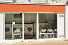 Чеканьте прачечную в здании в городе Стоковые Фотографии RF